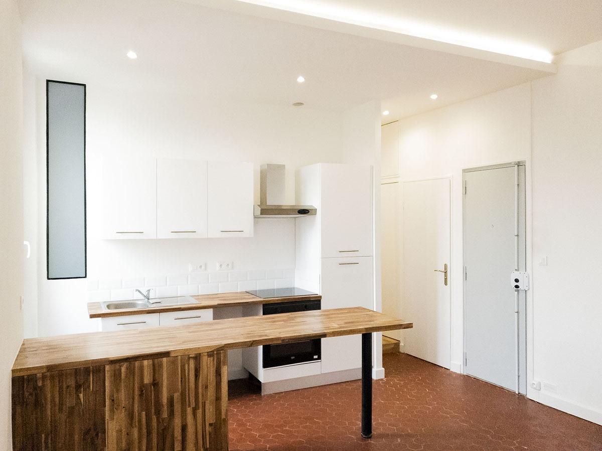 Salon cuisine moderne avec plan de travail bois