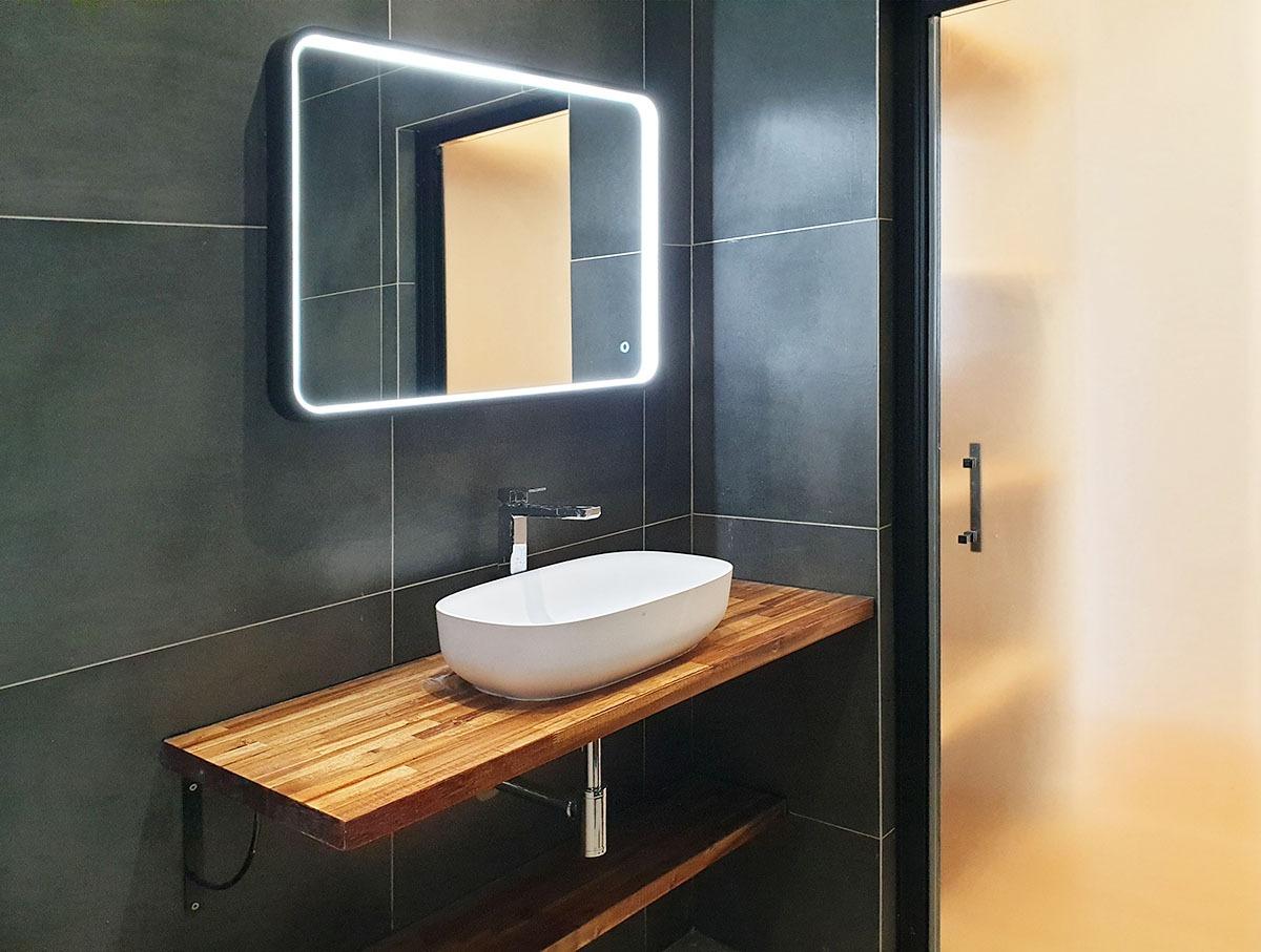 Salle de bain moderne, vasque posé sur plan en bois