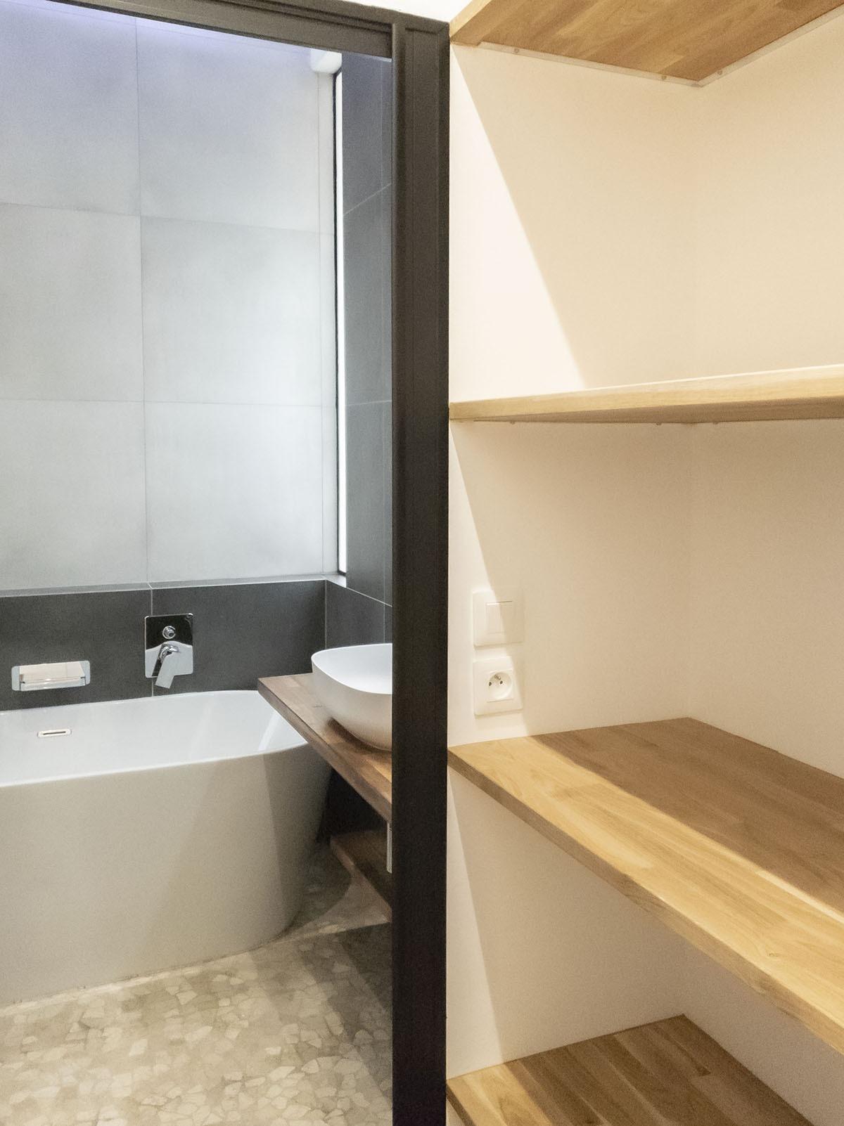 Salle de bain et étagères